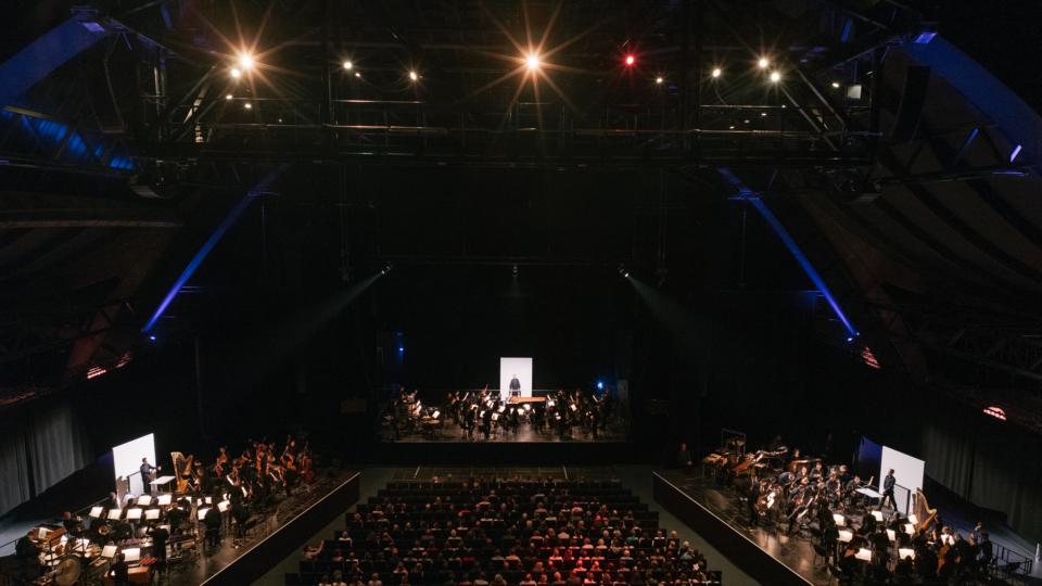 """Stockhausens """"Gruppen"""" im Mehr! Theater am Großmarkt Hamburg"""